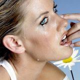 Как помочь опухшим от слез глазам?