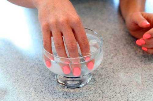 опустить ногти в ацетоновую жидкость
