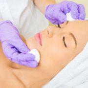 Можно ли делать чистку лица летом и каковы особенности процедуры