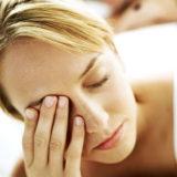 К чему дергается правый или левый глаз, приметы или признак заболевания