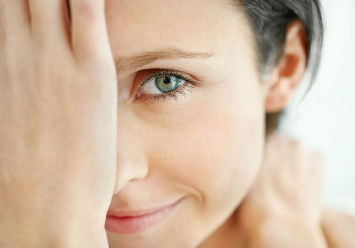 дергается глаз у женщины
