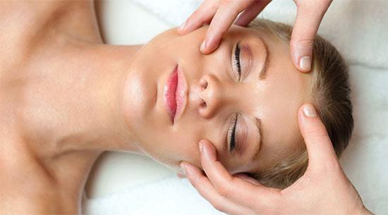 Как делают косметический массаж лица