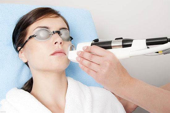 Как проводят лазерное омоложение лица